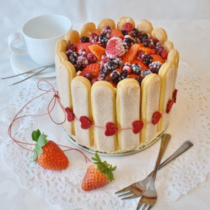 こちらも、フォトジェニックな写真ですね。色とりどりのプチケーキが可愛らしく目立つよう、テーブルクロスを白一色にし、イチゴやクロスさせたフォークで装飾しています。
