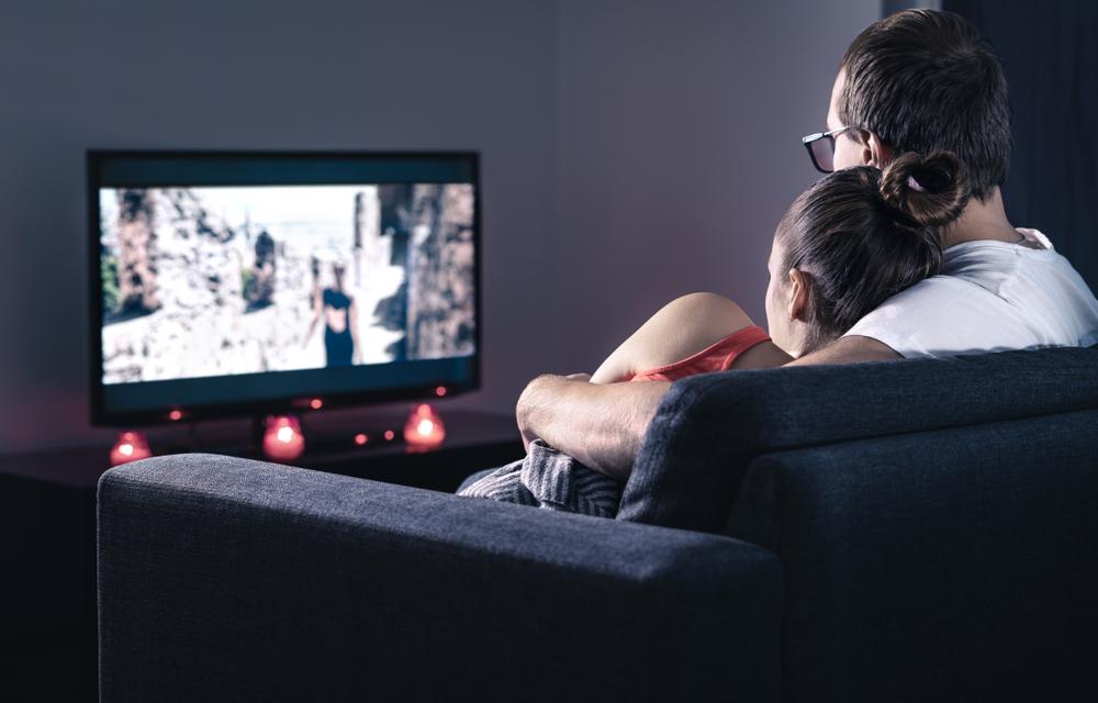 動画視聴を楽しむ男性